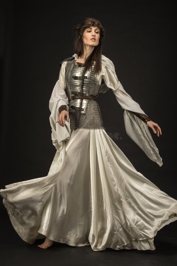 Härlig flickakrigare i medeltida kläder royaltyfri bild