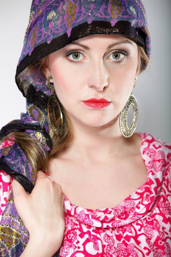 Härlig flickakvinna för stående i en sjalett royaltyfri fotografi
