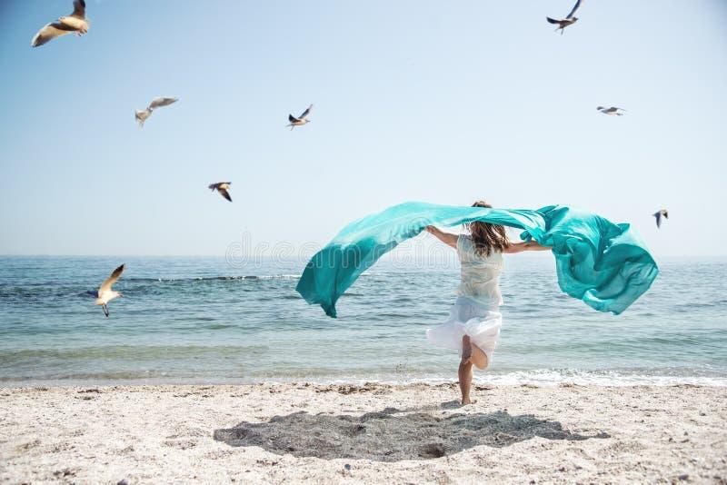 Härlig flickaspring på havet fotografering för bildbyråer