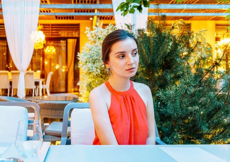 Härlig flickastående i flott restaurang arkivfoto