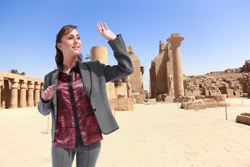 Härlig flickaturist på Egypten royaltyfri foto