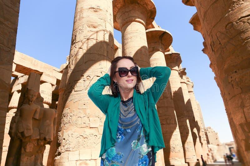 Härlig flickaturist på Egypten arkivfoton