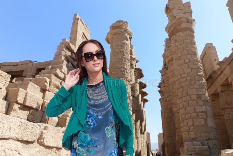 Härlig flickaturist på Egypten fotografering för bildbyråer