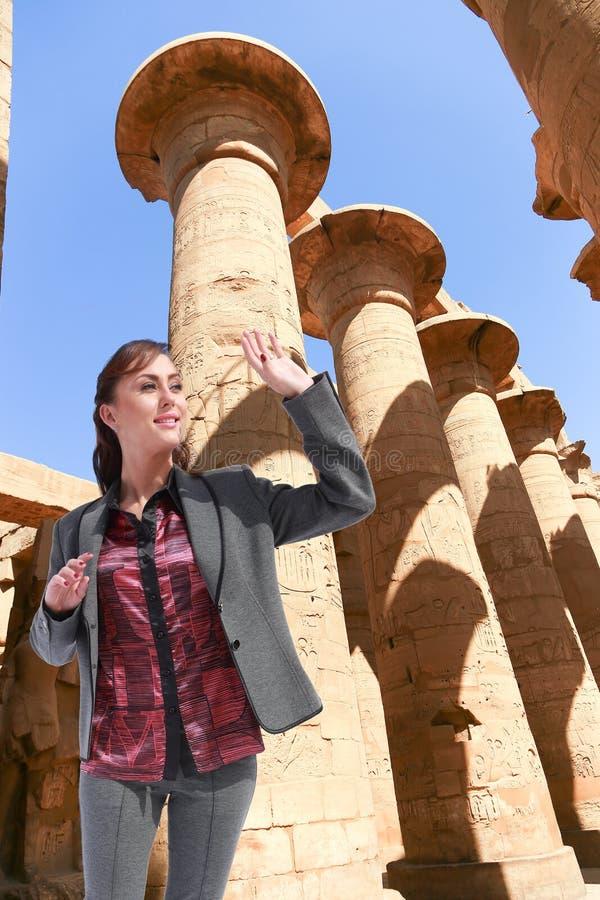 Härlig flickaturist på Egypten royaltyfria foton