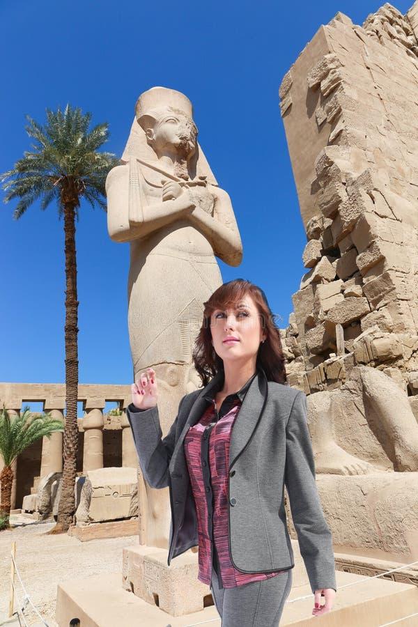 Härlig flickaturist på Egypten royaltyfria bilder