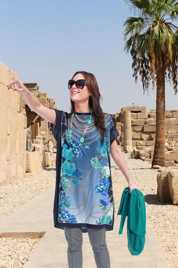 Härlig flickaturist på Egypten arkivbild