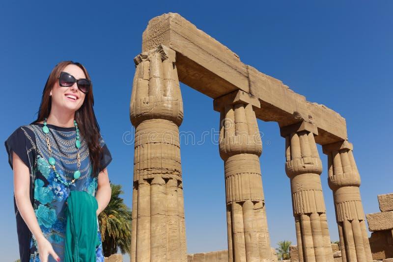 Härlig flickaturist på Egypten royaltyfri fotografi