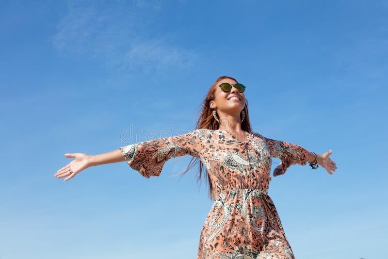 Härlig flower powerkvinna med kopieringsutrymme i utomhus- blå himmel arkivbilder