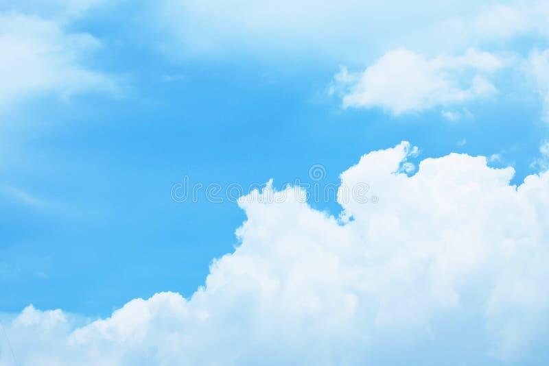 Härlig fluffig vit fördunklar med blå himmel, naturbakgrund arkivbild