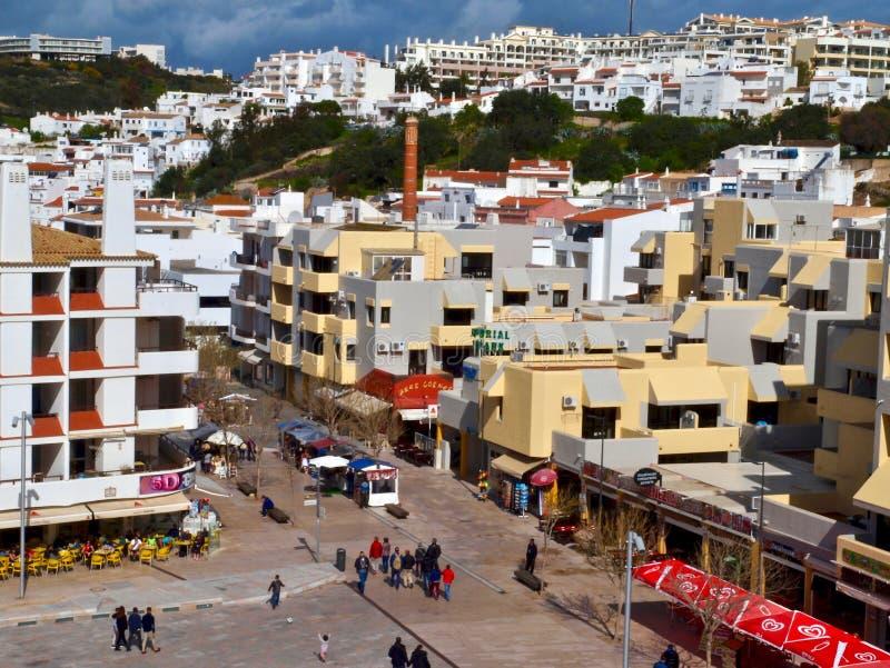 Härlig flyg- cityscape av Albufeira i Portugal med vita hus arkivfoton