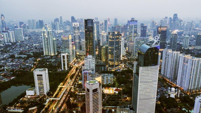 Härlig flyg- Jakarta cityscape på skymning royaltyfria bilder