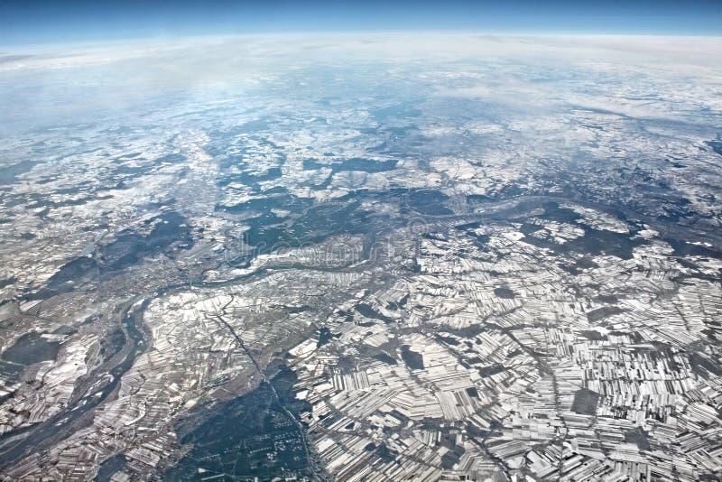 Härlig flyg- landskapsikt Sikt från flygplanet på vinter E arkivfoto