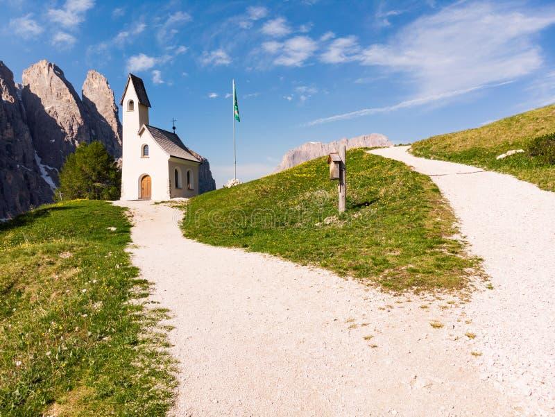 Härlig flyg- panoramautsikt till banan till det lilla vita landskapet för kapell San Maurizio och Dolomiti bergin arkivbild