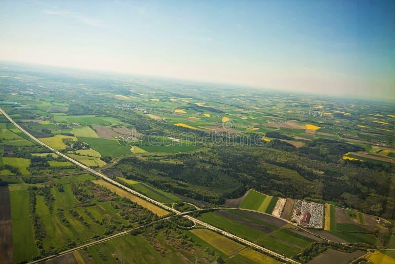 Härlig flyg- sikt av bayersk bygd efter start från royaltyfria foton