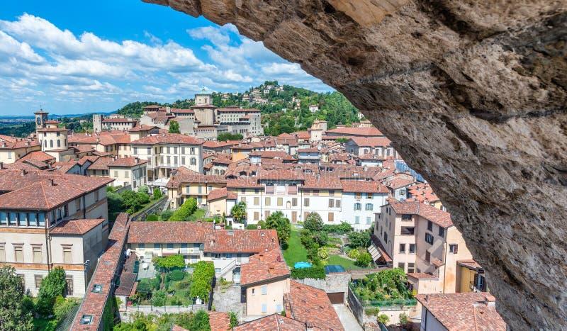 Härlig flyg- sikt av Bergamo Alta cityscape som inramas av väggen, arkivfoto