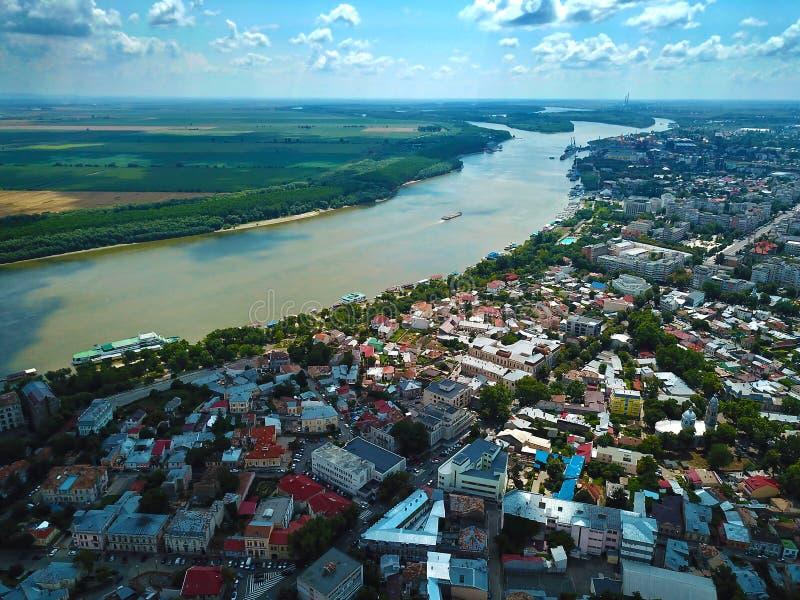 Härlig flyg- sikt av den Danube River och Braila staden arkivfoto