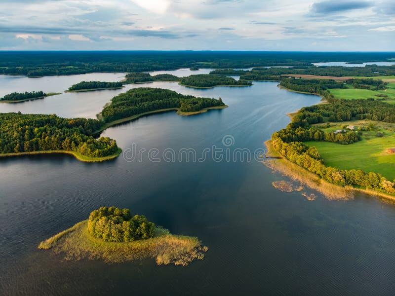 Härlig flyg- sikt av den Moletai regionen som är berömda eller dess sjöar Sceniskt sommaraftonlandskap i Litauen royaltyfria foton