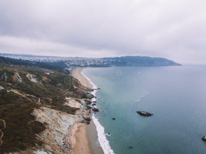 Härlig flyg- sikt av kusten för imponerande föreställningNa Pali arkivfoton