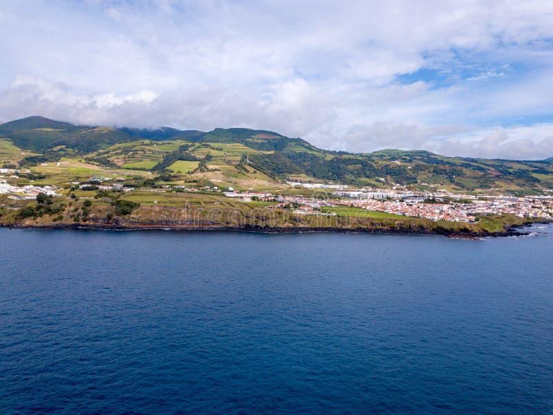 Härlig flyg- sikt av kusten för imponerande föreställningNa Pali royaltyfri fotografi