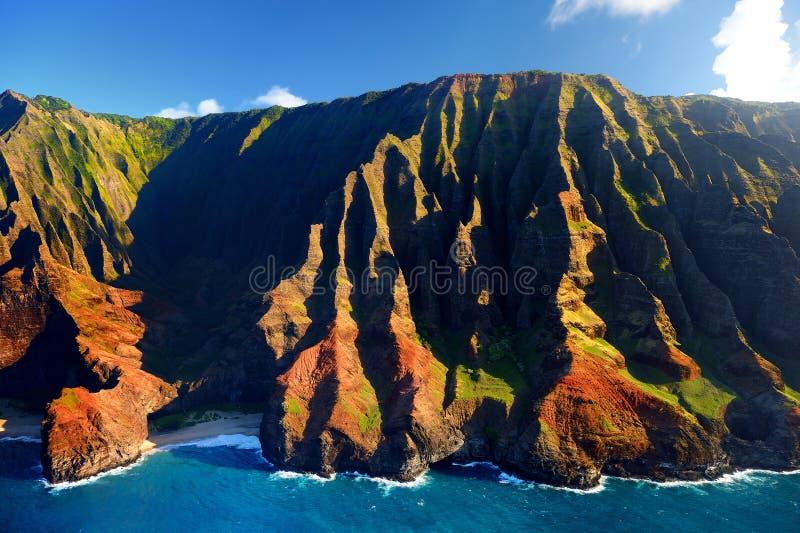 Härlig flyg- sikt av kusten för imponerande föreställningNa Pali, Kauai arkivbilder