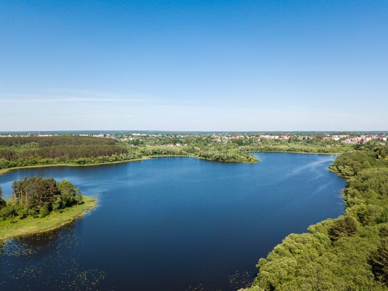 Härlig flyg- sikt av sjö- och skogområdet Vitryssland är th arkivfoton