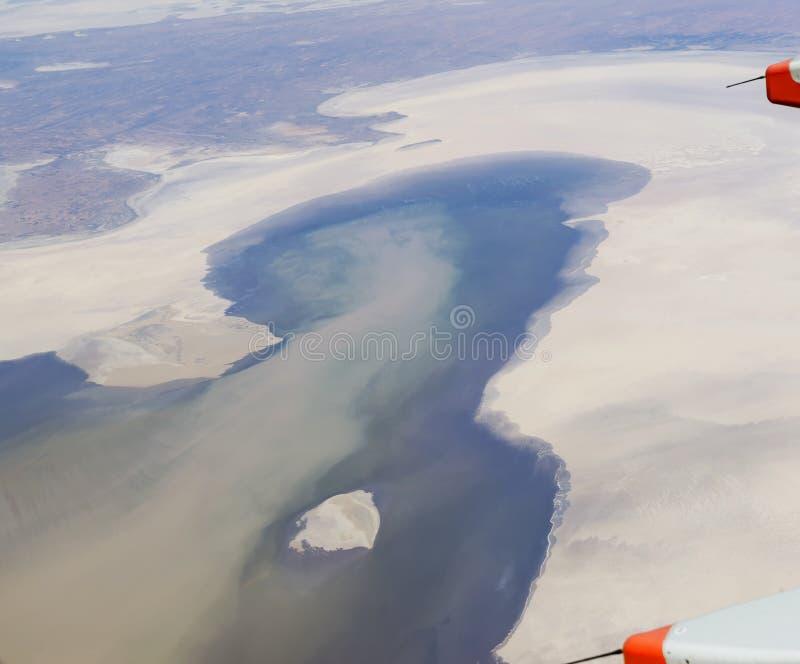 Härlig flyg- sikt av sjön Eyre i den australiska vildmarken royaltyfri bild