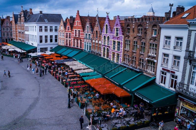 Härlig flyg- sikt på marknadsfyrkanten Markt i Bruges royaltyfria bilder