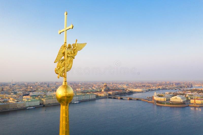 Härlig flyg- sikt på mitten av den vinterSt Petersburg staden till och med ängeln av Peter och Paul Cathedral arkivbilder