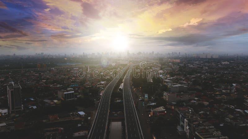 Härlig flyg- solnedgångsikt av den Becakayu avgiftvägen arkivbild