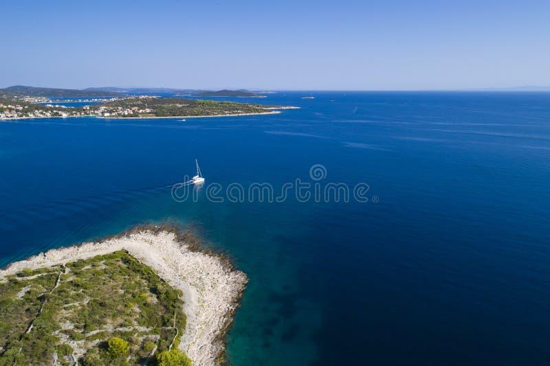 Härlig flygbild av Razanj i Dalmatia, Kroatien, Europa arkivfoton