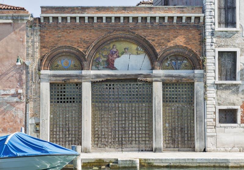 Härlig forntida dekorerad byggande vägg i Murano, Italien royaltyfri foto