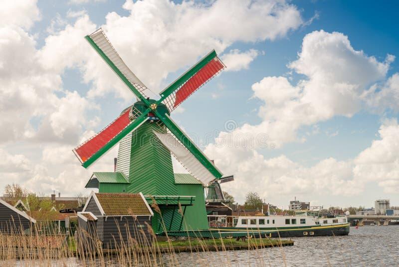 Härlig forntida väderkvarn i Zaanse Schans, Nederländerna royaltyfria bilder