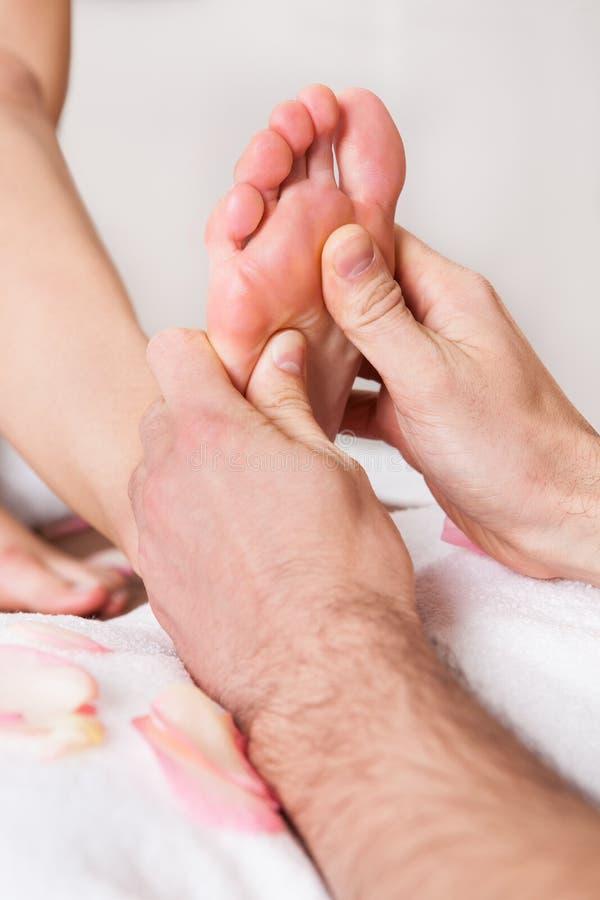 härlig fot som får massagekvinnabarn arkivfoto