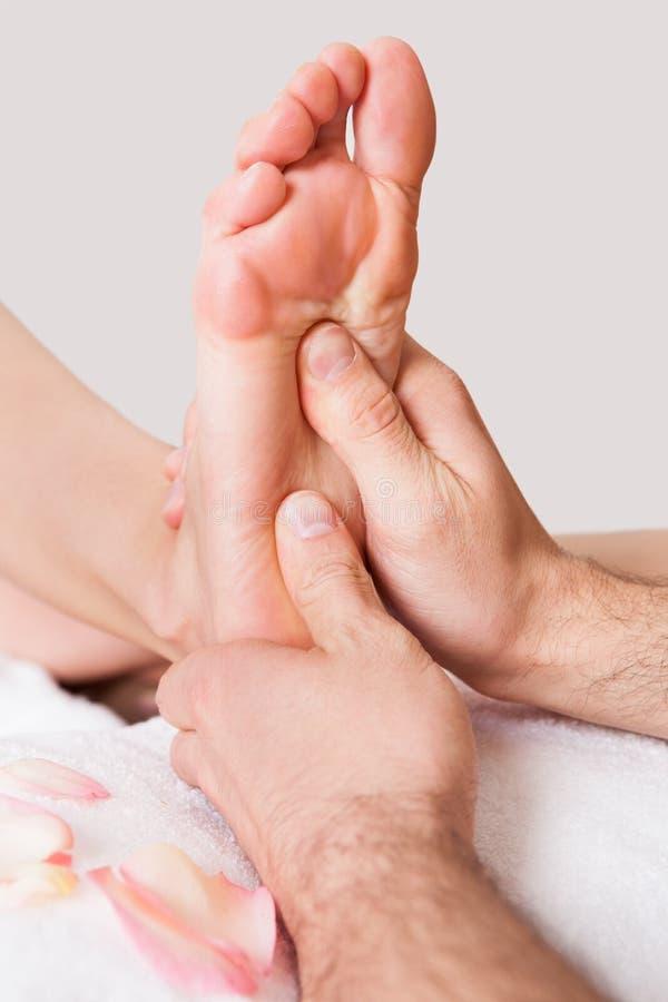 härlig fot som får massagekvinnabarn royaltyfri foto