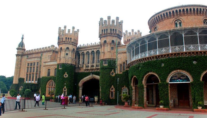 Härlig främre sikt med mur med tinnartorn av den bangalore slotten med rankaväxten royaltyfria foton
