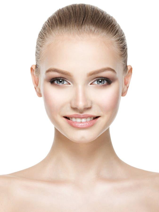 Härlig framsida av att le kvinnan med ren ny hud royaltyfri foto