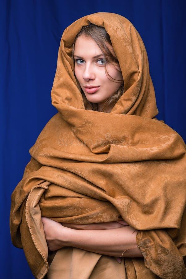 Härlig framsida av den unga kvinnan i huvslut upp arkivbild