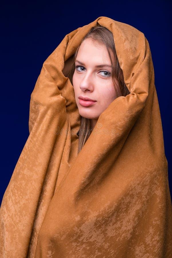 Härlig framsida av den unga kvinnan i huvslut upp fotografering för bildbyråer