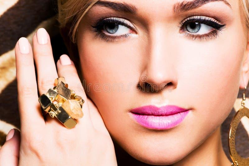 Härlig framsida av den unga kvinnan med modemakeup royaltyfria bilder