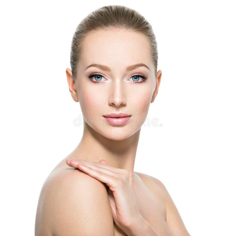 Härlig framsida av den unga kvinnan med perfekt vård- hud fotografering för bildbyråer