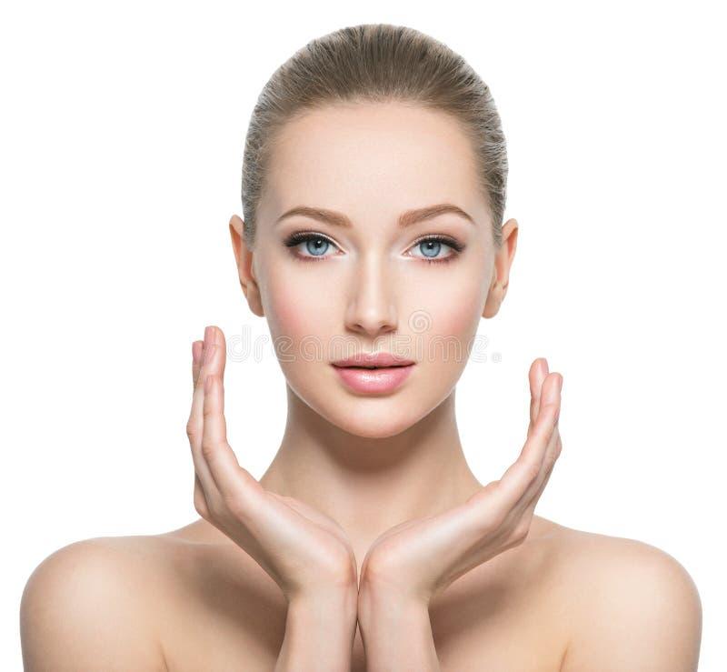 Härlig framsida av den unga kvinnan med perfekt vård- hud royaltyfri bild
