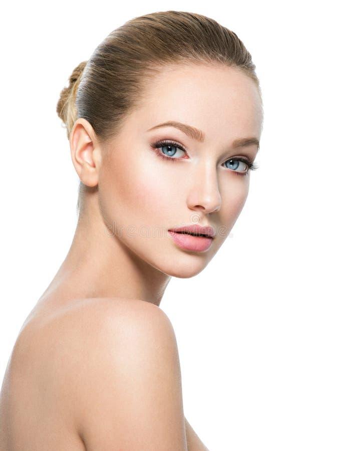 Härlig framsida av den unga kvinnan med perfekt vård- ny hud royaltyfria bilder
