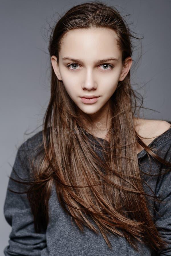 Härlig framsida av den unga kvinnan med ren ny hud arkivbilder