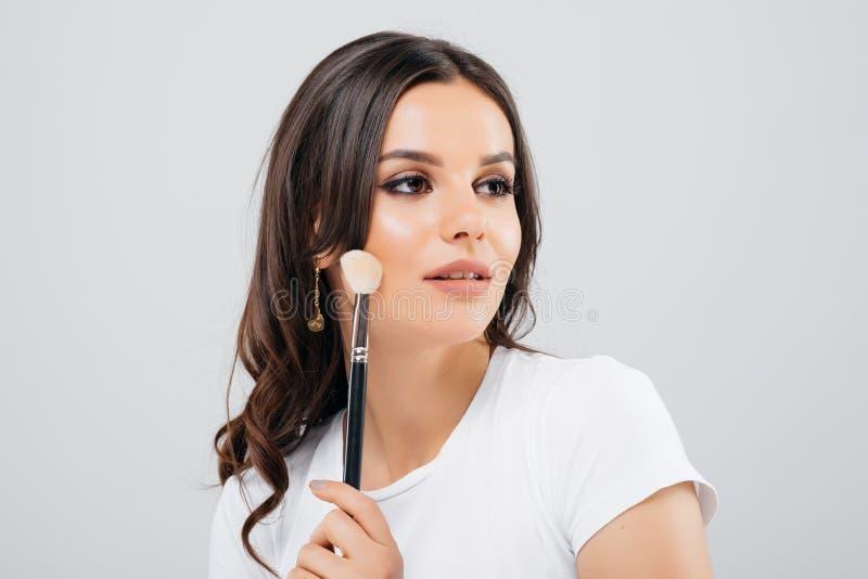 Härlig framsida av den unga kvinnan med rent nytt hudslut som isoleras upp på vit skönhet isolerad ståendewhite Härligt le för Sp royaltyfria bilder