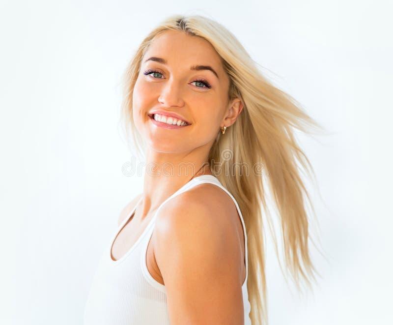 Härlig framsida av den unga vuxna kvinnan med ren ny hud royaltyfri bild