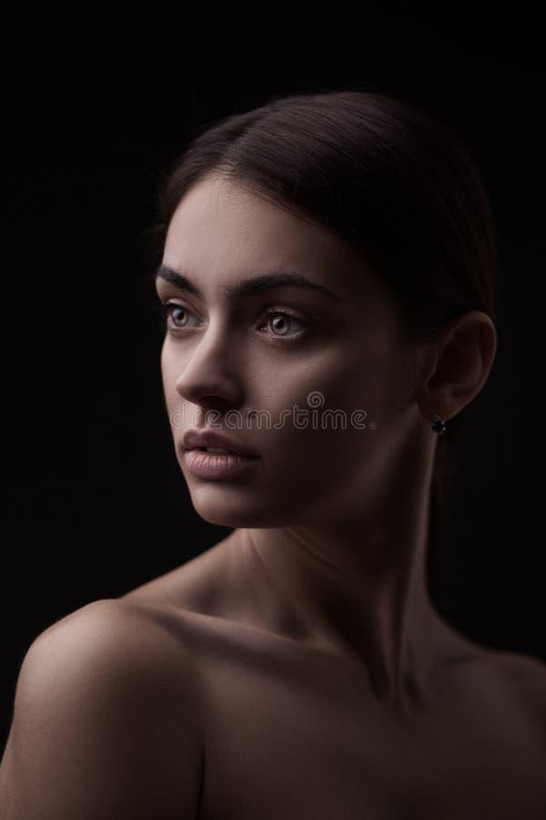 Härlig framsida av den unga vuxna kvinnan med ren ny hud arkivbilder