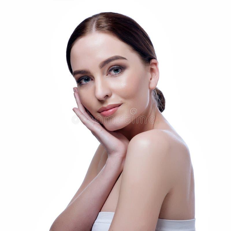 Härlig framsida av den unga vuxna kvinnan med ren ny hud - som isoleras på vit royaltyfria bilder