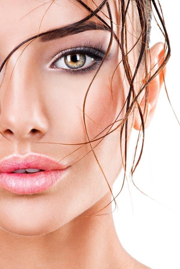 Härlig framsida av en kvinna med ögonmakeup för mörk brunt arkivbild