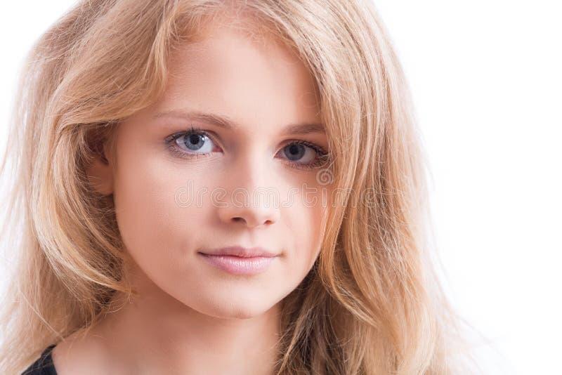 Härlig framsida av en ung blond kvinna arkivbilder