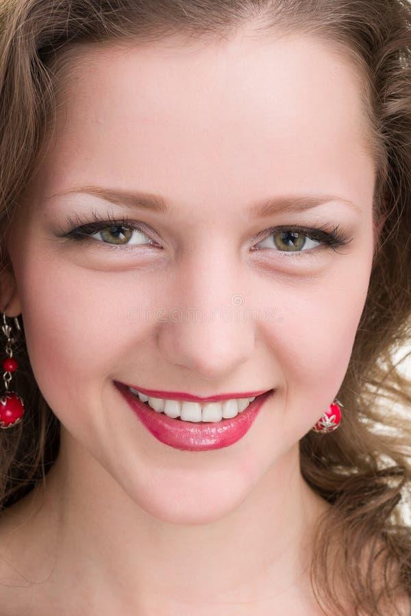 Härlig framsida av slutet för ung kvinna upp som isoleras på vit bakgrund arkivfoton